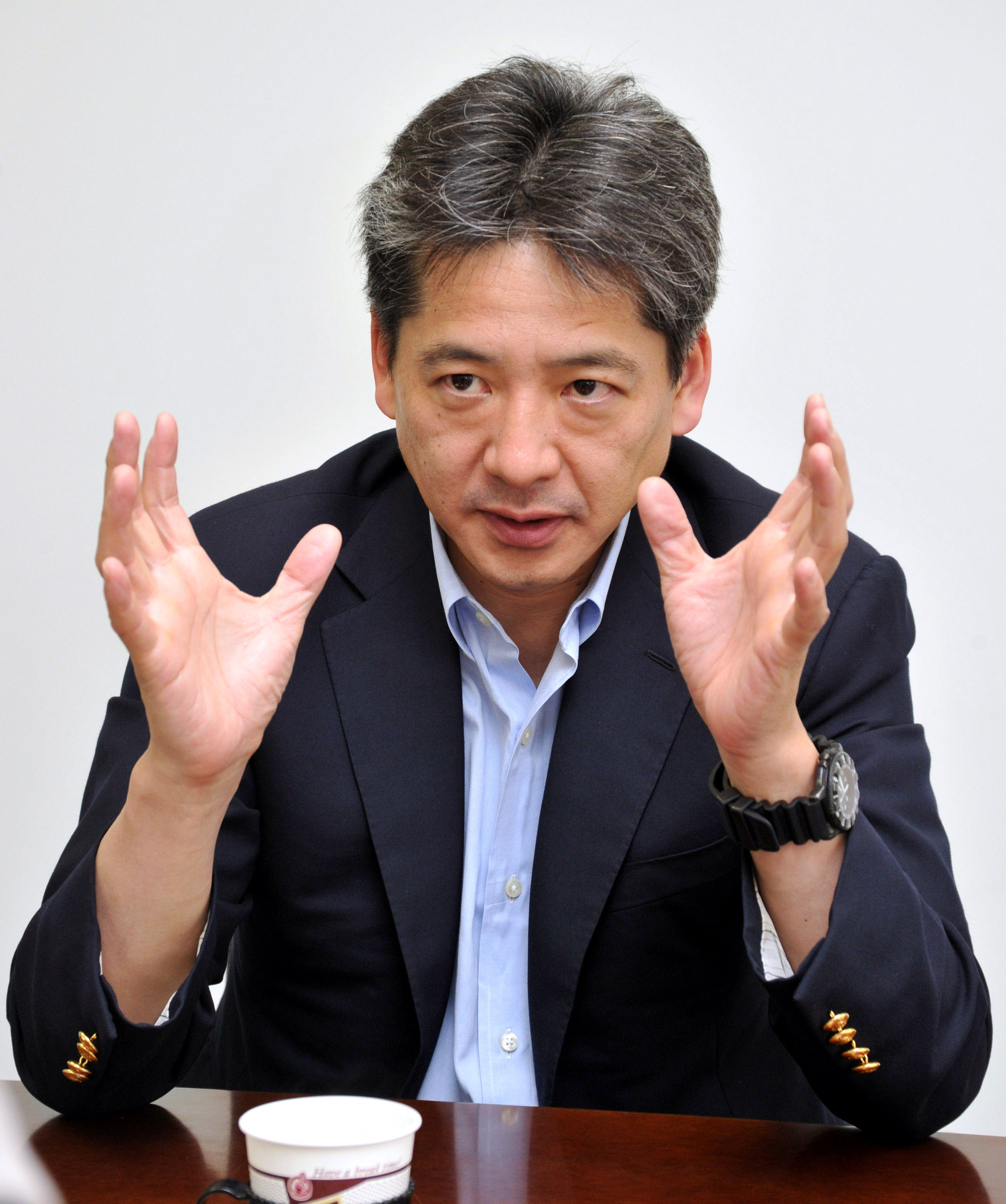 Transmitting data: Joji Kitano, president and CEO of e-Parcel Corp., is interviewed at the firm's office in Chiyoda Ward,  Tokyo, earlier this month. | YOSHIAKI MIURA