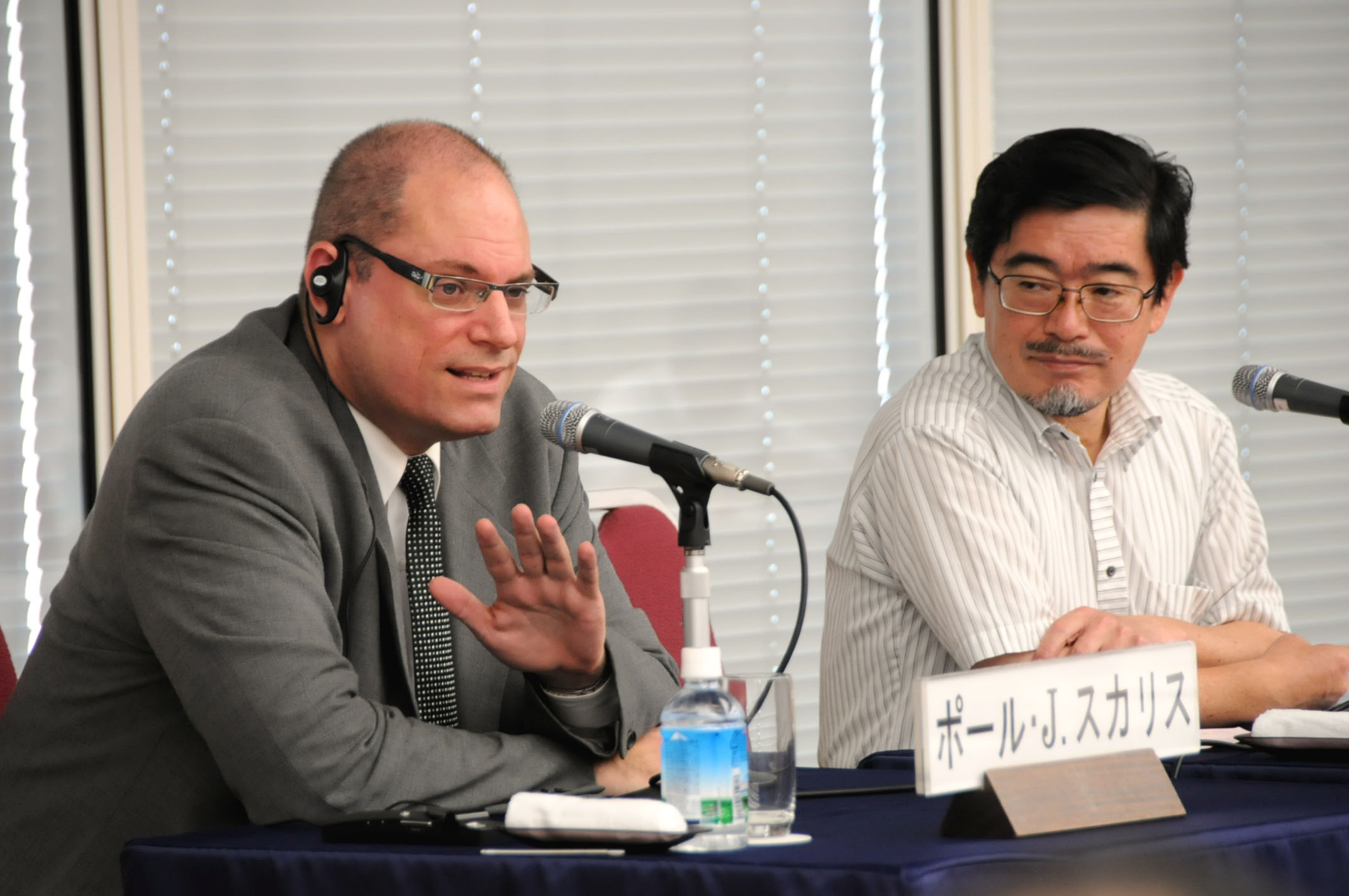 Paul Scalise (left) of the University of Tokyo's Institute of Social Science discusses Japan's energy policy as Kenji Yamaji, a professor emeritus of the University of Tokyo and director general of the Research Institute of Innovative Technology for the Earth, looks on during an Aug. 3 seminar at Keidanren Kaikan in Tokyo. | SATOKO KAWASAKI