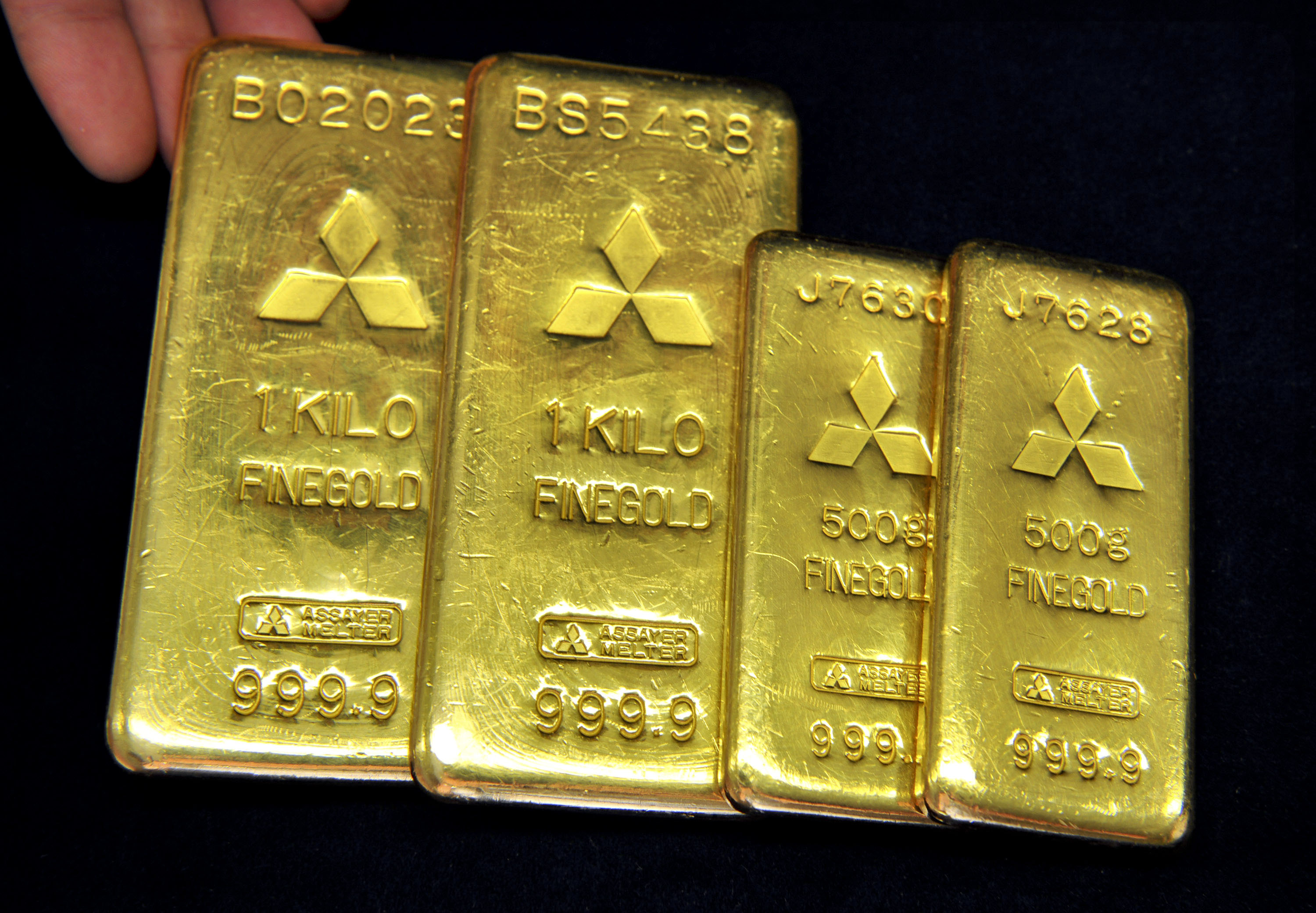 Hedge your bets: Gold bars of 1 kg and 500 grams are displayed at a Mitsubishi Materials Corp. shop in Tokyo. | BLOOMBERG