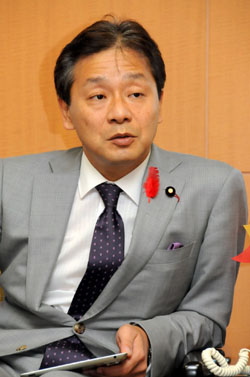 High finance: Ikko Nakatsuka, the newly appointed state minister for financial issues, is interviewed by a group of reporters Friday. | SATOKO KAWASAKI