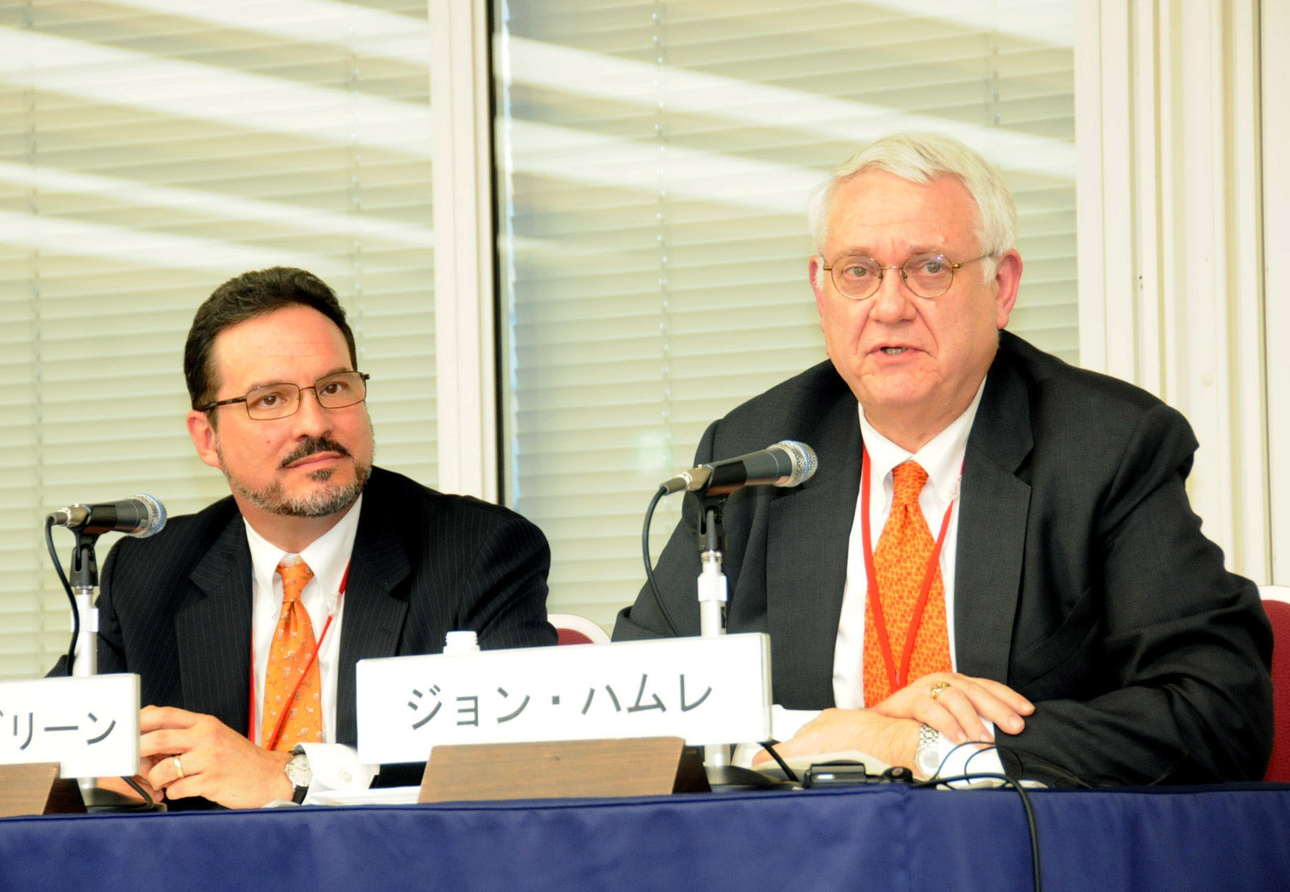 John Hamre (right), president and CEO of the Center for Strategic and International Studies, discusses Japan's nuclear energy policy during a seminar at Keidanren Kaikan in Tokyo on Oct. 25, as CSIS colleague Michael Green listens. satoko kawasaki