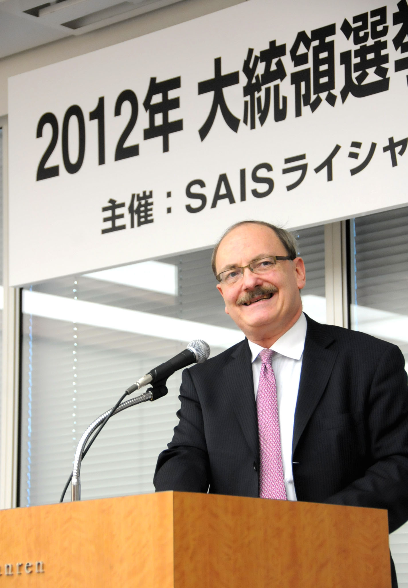 Kent Calder, director of the Edwin O. Reischauer Center for East Asian Studies at Johns Hopkins University, speaks at a Nov. 14  seminar in Tokyo. | SATOKO KAWASAKI