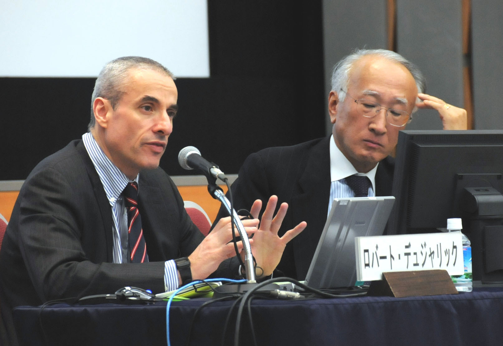 Robert Dujarric (left) from Temple University's Japan Campus, discusses Japan's energy diplomacy during an Oct. 30 seminar in Tokyo as his co-panelist Nobuo Tanaka from the Institute of Energy Economics listens. | SATOKO KAWASAKI PHOTOS