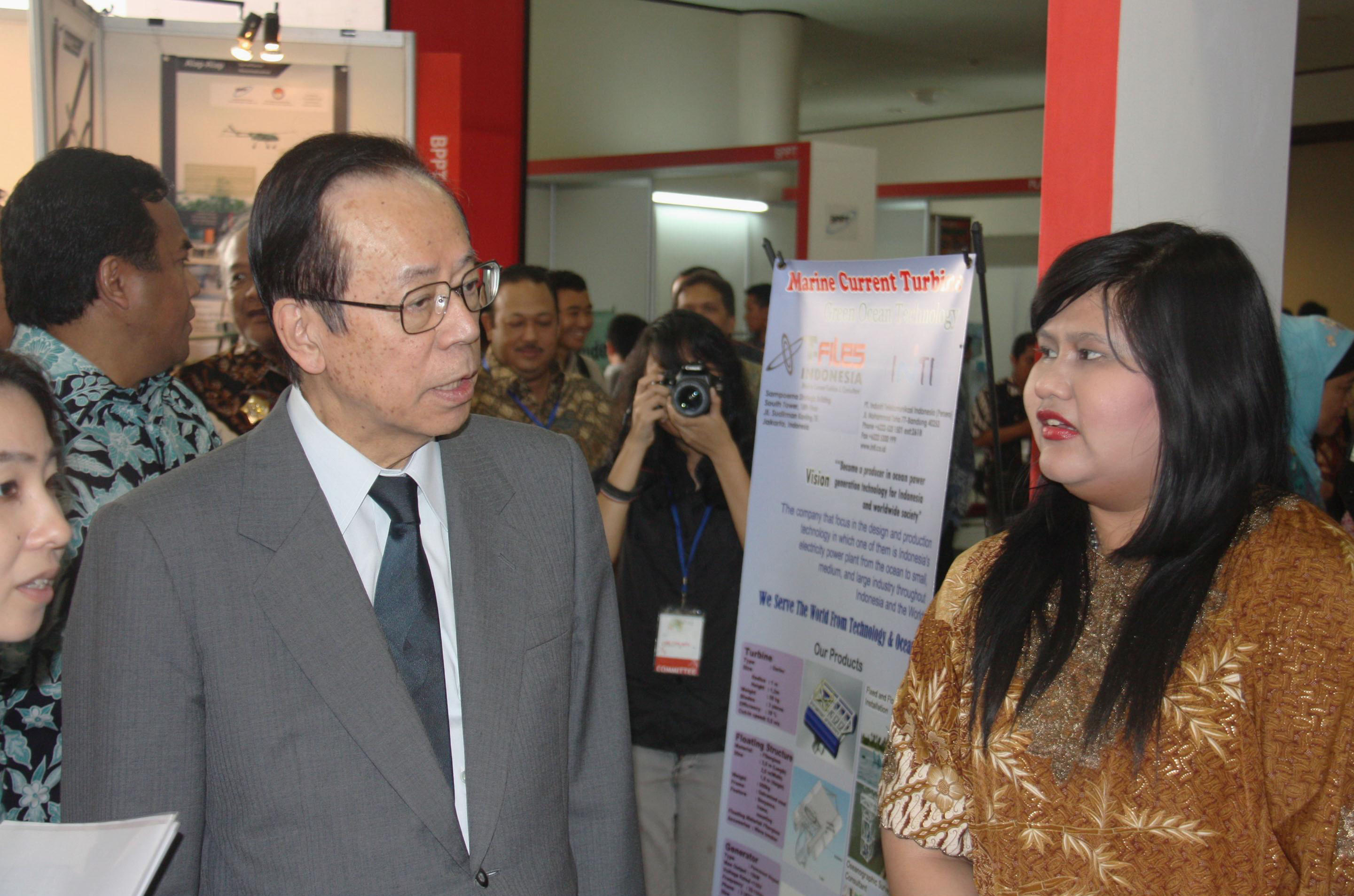 Seeking new ideas: Former Prime Minister Yasuo Fukuda (left) visits the venue for the Indonesia-Japan cooperation in innovation convention in Bandung, Indonesia, on Sunday. | KYODO