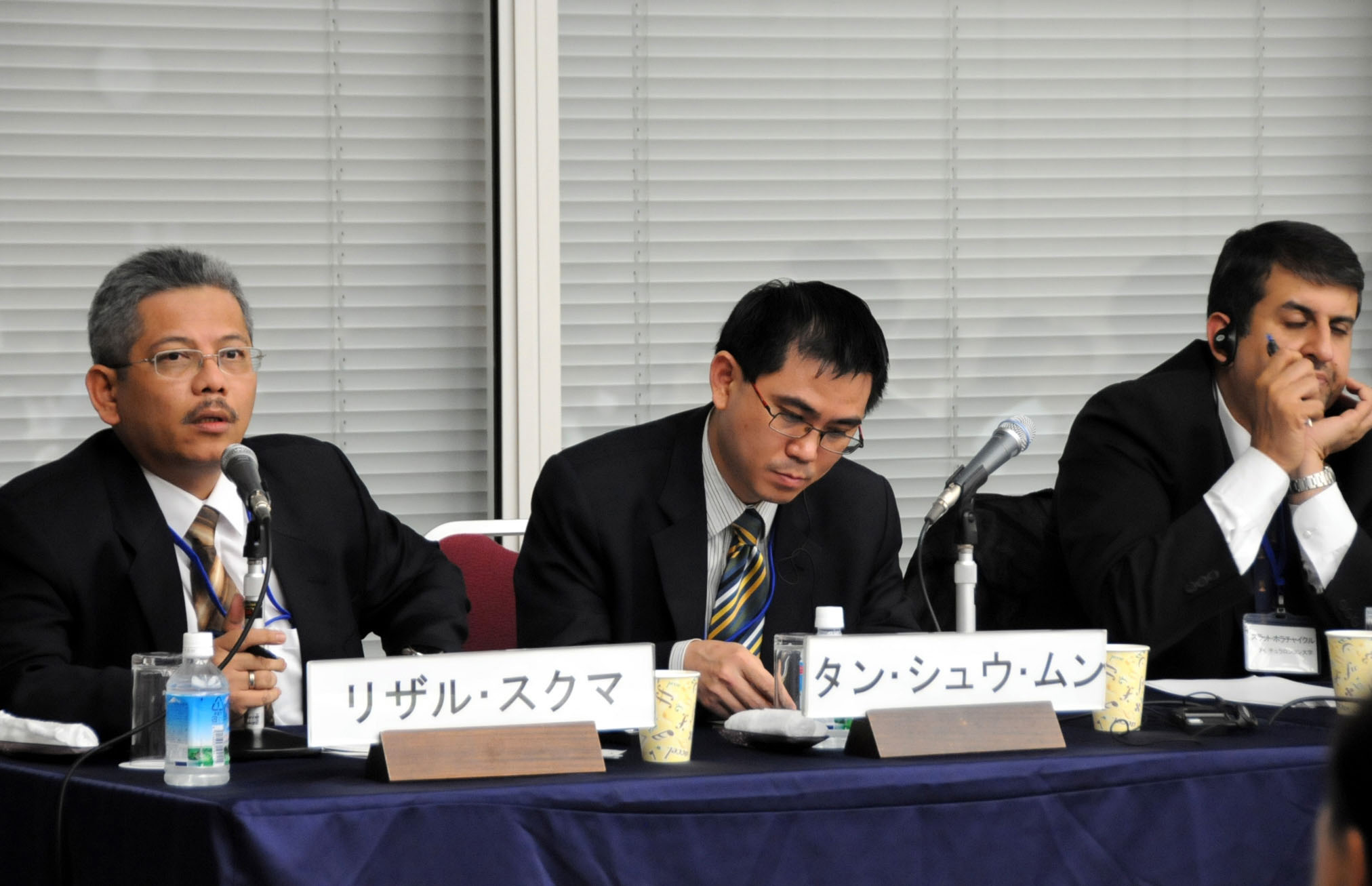 Asia's challenges: Rizal Sukma (left) from the Center for Strategic and International Studies, Jakarta, discusses the effects of major power rivalry on Southeast Asian economies as Tang Siew Mun from the Institute of Strategic and International Studies, Malaysia, listens during a Nov. 8 symposium in Tokyo. | SATOKO KAWASAKI