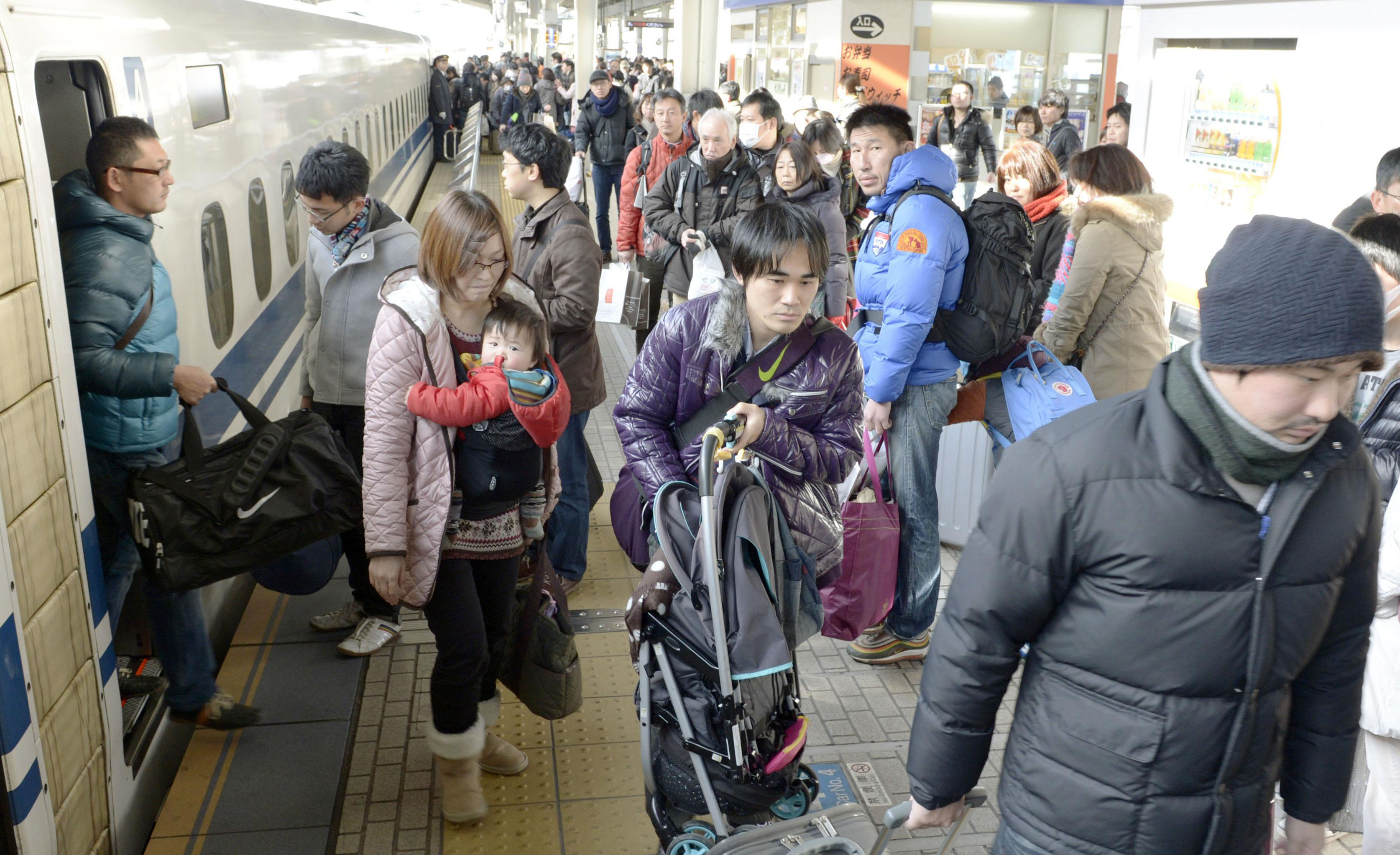 Rushing back: Travelers crowd a shinkansen platform at JR Shin-Osaka Station on Thursday as the U-turn rush peaked. | KYODO