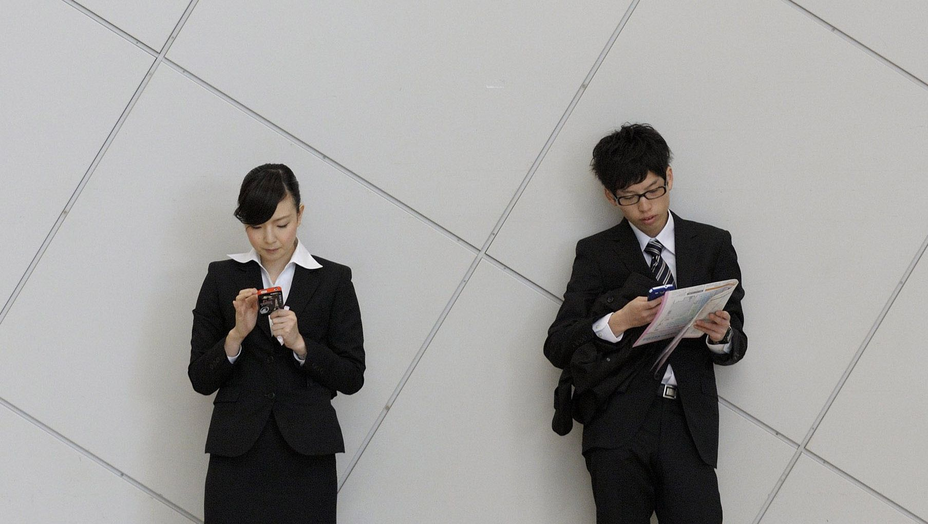 In touch: University students use smartphones at a job fair in Tokyo in December. | BLOOMBERG