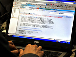 Off the cuff: An Internet user views the bulletin board 2channel, Japan's largest online forum, where postings are anonymous and often controversial. | YOSHIAKI MIURA PHOTO