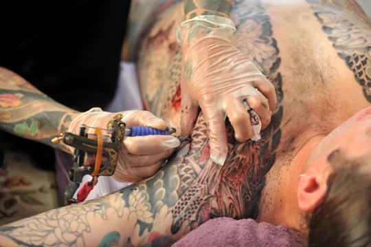 Hold still: Horiyoshi III tattoos a man in Yokohama last Wednesday. | YOSHIAKI MIURA PHOTO