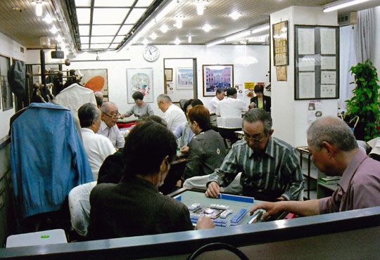 Gamers: People play mah-jongg at a parlor in Osaka in March. | JAPAN FEDERATION OF MAHJONG BUSINESS ASSOCIATION