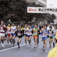 Off they go: The first group of runners from 20 universities competing in the Hakone Ekiden depart from Tokyo's Otemachi district on Jan. 2. | KYODO PHOTO