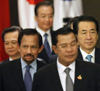 Aid agenda: From right, Prime Minister Naoto Kan, Cambodian Prime Minister Hun Sen, Chinese Premier Wen Jiabao, Brunei's Sultan Hassanal Bolkiah and Vietnam's Prime Minister Nguyen Tan Dung arrive for the 13th ASEAN Plus Three summit in Hanoi last October. | AP PHOTO
