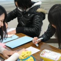 The joy of teaching: Akane Maehara, a university student, teaches sixth-graders in Katsushika Ward, Tokyo, on Feb. 12. | COURTESY OF LEARNING FOR ALL