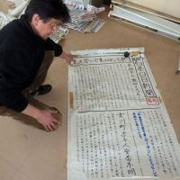 Power of the pen: Hiroyuki Takeuchi, editor in chief of the Ishinomaki Hibi Shimbun, shows a 'wall paper' it distributed in Ishinomaki, Miyagi Prefecture, on April 20. | KYODO