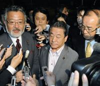Rebelling: Vice ministers Shozo Azuma of the Cabinet Office (left), Wakio Mitsui of the land ministry (center) and Katsumasa Suzuki from the internal affairs ministry face reporters Wednesday after submitting their resignations at the prime minister's office. | KYODO