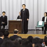 Kan't stay long: Prime Minister Naoto Kan speaks to his fellow Democratic Party of Japan lawmakers prior to a Diet vote on a no-confidence motion Thursday. | KYODO PHOTO