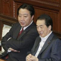 On the short list: Finance Minister Yoshihiko Noda, whose name is being floated as a candidate for next prime minister, chats with Prime Minister Naoto Kan on Thursday in the Lower House. | KYODO PHOTO