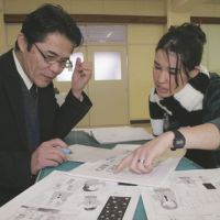 Learning the ropes: Bouc Nastazia (right) from France learns the basics of manga at Ogaki Women's Collage in Gifu Prefecture. | CHUNICHI SHIMBUN