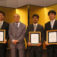 Honors: Ex-Prime Minister Yasuhiro Nakasone (second from left) poses Thursday with Nakasone Yasuhiro Awards recipients (from right) Yasuhiro Matsuda, an associate professor at the University of Tokyo; Shamshad Ahmad Khan, from the Institute for Defence Studies and Analyses in India; and Liu Jie, a professor at Waseda University, during a ceremony in Chiyoda Ward, Tokyo. | TAKAHIRO FUKADA