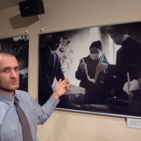 Never forget: Czech photographer Martin Hladik explains one of his photos in Tokyo on Aug. 12. | KYODO