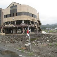 National pride: A Hinomaru flag stands outside a wrecked community center in Otsuchi, Iwate Prefecture, on Sept. 2. | TAKAHIRO FUKADA PHOTO