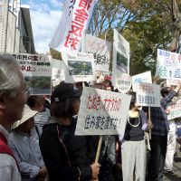 In our backyard: Local residents protest construction of a housing complex for bureaucrats in Asaka, Saitama Prefecture, on Oct. 3. Below: The site as seen on Oct. 1. | KYODO PHOTO