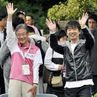 Leading the pack: Osaka Mayor Kunio Hiramatsu (left) and former Osaka Gov. Toru Hashimoto, who quit the top prefectural post to run in the city's mayoral election Nov. 27, attend the start of a marathon event Oct. 30 in the city's Chuo Ward. | KYODO
