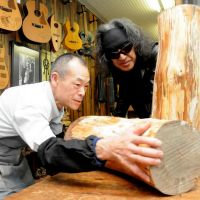 Collaboration: Luthier Kenji Koike (left) and composer Tateo Teramoto talk about their plans to make guitars from pine trees felled by the March 11 tsunami at Yairi Guitar in Kani, Gifu Prefecture. | CHUNICHI SHIMBUN