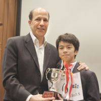 U.S. Ambassador John Roos congratulates Yuichi Yoshioka after the 12-year-old won The Japan Times Spelling Bee on May 14, 2011. Below: Nineteen other youths competed for the right to advance to the finals held in Washington. | YOSHIAKI MIURA