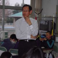 Teacher Tomoyuki Bannai watches over the students.