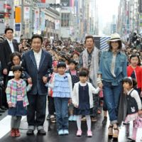 Trade minister Yukio Edano and actress Ryoko Yonekura pose in denim with children from Miyagi Prefecture during the Ginza Runway event held Saturday in Chiyoda Ward, Tokyo. | YOSHIAKI MIURA PHOTOS