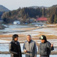 Local knowledge: Shinzo Kimura (left), a radiation hygiene expert, talks with Chuhei Sakai (center), head of a residents' association promoting decontamination in Iwaki, Fukushima Prefecture. | KYODO