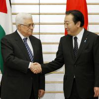 Eye to eye: Prime Minister Yoshihiko Noda welcomes Palestinian President Mahmoud Abbas in Tokyo on Saturday. | KYODO