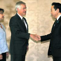 Sharing the loss: Prime Minister Yoshihiko Noda greets the parents of Taylor Anderson on Sunday in Washington. | KYODO