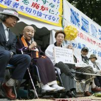 Starving 'em out: Nuclear foes (from left) writer Satoshi Kamata, novelist and Buddhist nun Jakucho Setouchi and writer Hisae Sawachi join a hunger strike Wednesday in front of the industry ministry in Tokyo. | KYODO
