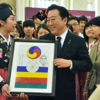 Airworthy: Prime Minister Yoshihiko Noda receives a Korean kite with his portrait on it during Campus Asia, a ceremony to promote intercollege exchanges between China, South Korea and Japan, Sunday in Beijing. | KYODO