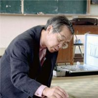 Never gave up: Dr. Masazumi Harada, who died Monday, sees a patient who apparently has Minamata disease in May 2001 in Izumi, Kagoshima Prefecture. | KYODO