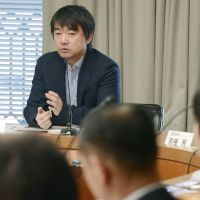 Many irons in the fire: Toru Hashimoto, Osaka mayor and Nippon Ishin no Kai leader, speaks at a meeting with representatives of Osaka's wards Wednesday. | KYODO