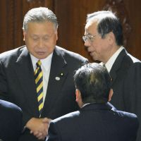 Hanging it up: Ex-Prime Minsters Yasuo Fukuda (right) and Yoshiro Mori share a moment Friday at the Diet. The two don't plan to run in the Dec. 16 poll and instead will retire. | KYODO