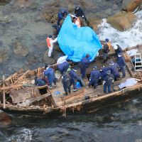 Boat with five corpses runs aground on Sado