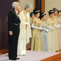 Emperor Akihito and Empress Michiko greet attendeees of a special New Year's Day ceremony. | KYODO