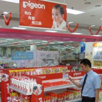 Dad duty: A man looks at a product produced by baby goods company Pigeon Corp. in Beijing in June 2010. | KYODO