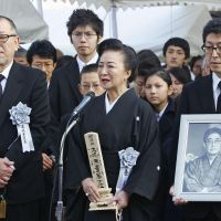 Film director Oshima's funeral held