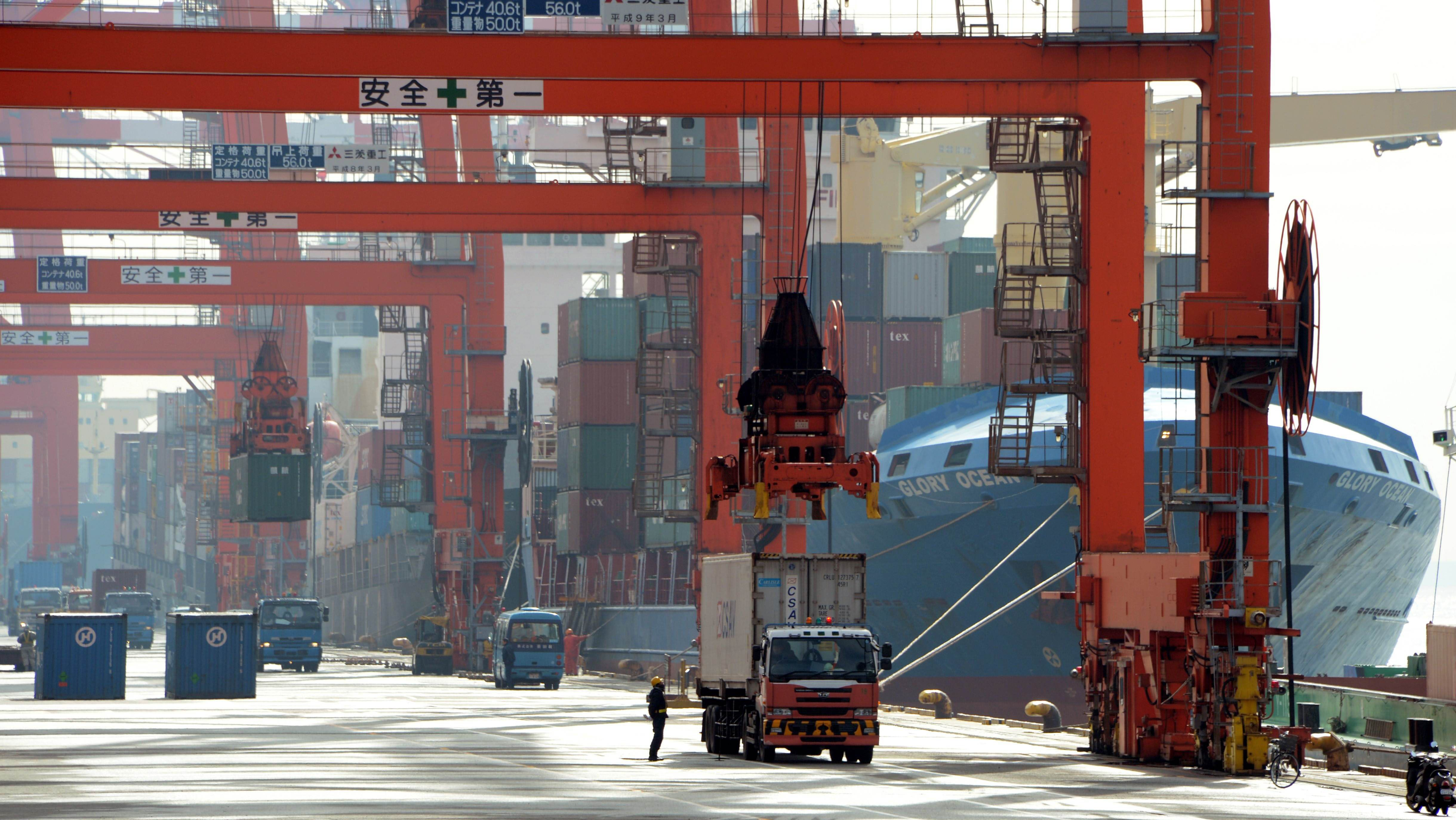 '12 trade deficit at record ¥6.9 trillion