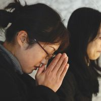 Women pray for the victims at the Yokohama headquarters of JGC Corp., the firm that had dispatched them to Algeria. | KYODO