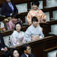 Abe opens Diet, skips hawkish rhetoric