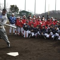 Familiar face: Former Seattle Mariners player Ken Griffey Jr., now working as a Mariners consultant, gives batting pointers to Japanese ballplayers during a clinic in Kawasaki on Sunday. | AP