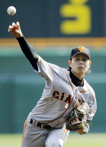 Giants hurler Ryosuke Miyaguni pitches against the Tigers on Sunday at Koshien Stadium. Yomiuri beat Hanshin 5-1.