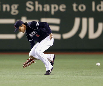 Oops: Dragons outfielder Yohei Oshima misplays Giants catcher Shinnosuke Abe's two-run single on Thursday at Tokyo Dome. Yomiuri won 3-2. | KYODO