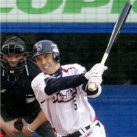 Welcome to the party: Shinya Miyamoto hits a single to become the 40th NPB player to record 2,000 career hits on Friday at Jingu Stadium. | KYODO